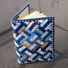 Buchjacke 6 - Diy and Crafts - Diy und Bastelt Ideen 2019 - Bucher Small Sewing Projects, Sewing Crafts, Fabric Book Covers, Fabric Journals, Denim Crafts, Book Quilt, Machine Quilting, Machine Embroidery, Fabric Scraps