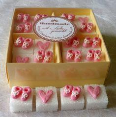 Eine schöne Feier bis ins letzte Detail!    Eine zuckersüsse Idee für Ihre Kaffeetafel zur Taufe und Geburt.    12 Würfel mit je einem Paar rosa Babyschühchen mit weisser Schleife,   4 Würfel mit rosa Herzen.