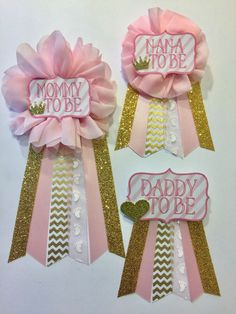 Baby Shower Pink and gold Baby Shower Pin Mommy to be pin Flower Ribbon Corsage Glitter gold glitter gold chevron mama Baby Shower corsage - Pink Cake Decoration Ideen Baby Shower Pin, Fotos Baby Shower, Fiesta Baby Shower, Baby Shower Princess, Girl Shower, Baby Shower Favors, Baby Shower Cakes, Baby Shower Parties, Baby Shower Themes