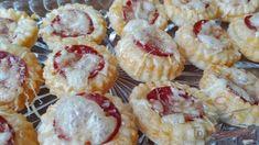 SUROVINY listové těsto klobása sýr POSTUP PŘÍPRAVY Listové těsto roztáhneme (pokud jste koupili vcel Catering, Snacks Für Party, Mini Cupcakes, Bon Appetit, Finger Foods, Zucchini, Sandwiches, Cheesecake, Brunch