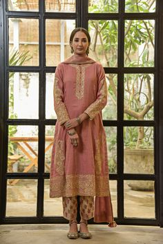 Indian Fashion Dresses, Indian Designer Outfits, Indian Outfits, Indian Look, Indian Wear, Indian Ethnic, Velvet Suit Design, Indian Costumes, Stylish Suit