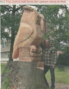 Dit drie meter hoge beeld van een uil met boeken is door Wout te Boekhorst vervaardigd uit de stronk van een oude beuk en staat in de tuin van zorgcentrum Sint Jacob in de Hout (Haarlems Dagblad)