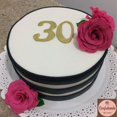Bolo decorado em pasta americana listrado em branco e preto, com flores de açúcar e o número 30 para comemorar 30 anos, tudo comestível.