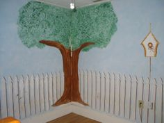 White picket fence, bird house, tree - ideas to paint wall in kid's bedroom