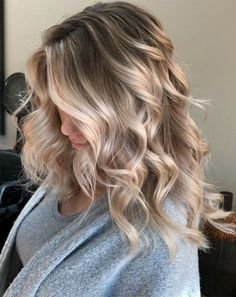 Hair Styles 2018 Ice Ice Baby Icy ❄️ Blonde Contrast Babylights, tease foiling and reverse balayage to break up old lines and add depth Pm Shines and Toned with and Discovred by : Style Estate Icy Blonde, Blonde Balayage, Blonde Shades, Balayage Highlights, Blonde Ombre Hair Medium, Winter Blonde Hair, Blonde Foils, Brunette Ombre, Blonde Color