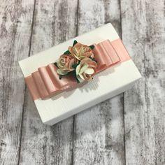 Wir haben farblich abgestimmte Bänder und Papierblumen. Hier eine Variante in Pfirsich-Farben. Weitere Inspiration im Shop