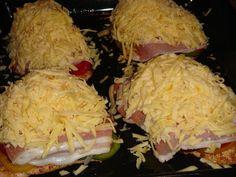 Fűszeres pulykasteak színes paprikákkal, paradicsommal, lilahagymával, baconnal és sok sajttal sütve
