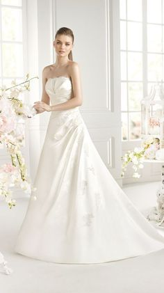 Pronovias Orla, $299 Size: 24 | Sample Wedding Dresses