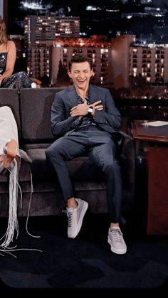 He's making me laughhhh Tom Holland Imagines, Tom Holand, Tom Holland Peter Parker, Tommy Boy, Captain America Civil War, Men's Toms, Marvel Memes, Chris Evans, Beautiful Boys