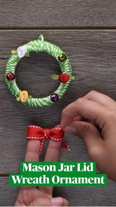 Easy Christmas Crafts, Diy Christmas Ornaments, Christmas Projects, Simple Christmas, Diy Crafts Hacks, Diy Home Crafts, Diys, Mason Jar Lids, Mason Jar Crafts