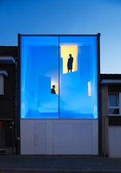 """Les architectes Bassam El-Okeily et Karla Menten se sont associés pour concevoir """"the narrow house"""", une maison qui s'insère dans une largeur de 5,3m."""