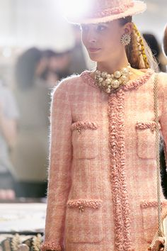 Backstage at Chanel Autumn (Fall) / Winter 2014 - Paris Fashion Week Pink Tweed Jacket, Chanel Tweed Jacket, High End Fashion, Fashion 2020, Fashion Show, Fashion News, Chanel Couture, French Fashion, Vintage Fashion