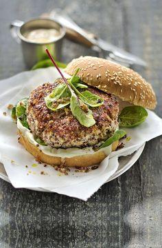 Burger de veau et quinoa, pousses d'épinards, sauce au yaourt - Vous pouvez remplacer le mélange veau-quinoa par 400 g de quinoa cuit, 2 oeufs, 2 c. à soupe de farine, 1 oignon, du sel et du poivre. Façonnez, poêlez : c'est prêt !
