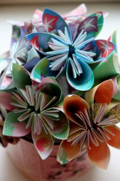 How to Make Origami Paper Flowers Learn the art of paper folding to create an everlasting bouquet. Bouquet En Origami, Easy Origami Flower, Origami Simple, Origami Flowers Tutorial, How To Make Origami, Origami Easy, Origami Paper, Flower Tutorial, Oragami