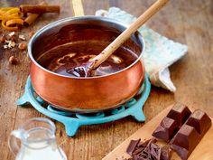 Ganache ist eine Schokoladencreme, die zum Füllen und Bestreichen von Pralinen und Torten zum Einsatz kommt. So einfach geht das Ganache-Rezept!