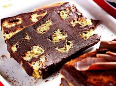 Receita de Pavê trufado de chocotone - · 400 g de chocolate meio amargo picado, · 1 lata de creme de leite sem soro, · 1/2 xícara (chá) de pasta de avelã (Nutella), · 300 g de chocotone, · 1 xícara (chá) de leite, · 100 g de gotas de chocolate para decorar
