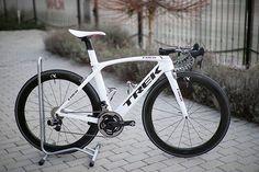 Trek Madone with SRAM etap and Quarq powermeter, looking great in white Trek Bikes, Cycling Bikes, Cycling Equipment, Trek Madone, Mountain Bike Accessories, Bike Kit, Buy Bike, Bicycle Maintenance, Cycling Art