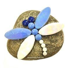 Sudenkorento, Suomi 100, DIY. Etsi sopiva kivi ja tee kaunis sudenkorento sen päälle ja sijoita se puutarhaan. Pakkauksessa tarvikkeet yhteen sudenkorentoon.
