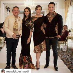 Couple idea Batik Kebaya, Kebaya Dress, Dress Pesta, Model Dress Batik, Batik Dress, African Fashion, Indian Fashion, Batik Couple, Model Kebaya