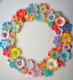 Bloemenkrans geheel van papier gemaakt.