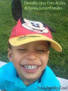 TitoCool sonriendo con su mejor amigo Mickey. Su gorra favorita. :) #DisneyJuniorFamily #DesafíoUnaFotoAlDía #LaFamiliaCool