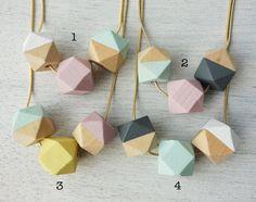 Long collier en bois de polygones pastel collier par shlomitofir