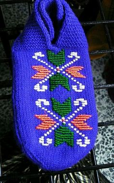 This Pin was discovered by Yiğ Knitting Socks, Knitted Hats, Baby Knitting Patterns, Diy And Crafts, Winter Hats, Slippers, Crochet, Handmade, Fashion
