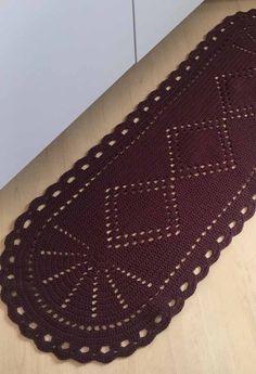 Trabalhe com os pontos vazados para formar desenhos em tapetes de crochê em uma cor Elsa, Home Decor, Top, Crochet Carpet, Blinds, Lace Doilies, Needlepoint, Journals, Objects