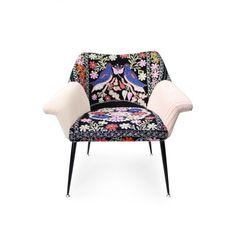 La Silla to nie tylko urok mebli z lat 50 i 60. To pracownia, która odświeżając modernistyczne fotele i siedziska, wypracowała sobie swój własny, oryginalny styl. Niecodzienne połączenia wzorów i kolorów łączą się w jedną, spójną patchworkową kompozycję, która nada charakteru każdemu wnętrzu.