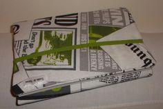 Bem divertida esta Capa para livro em tecido a imitar papel de jornal. Fecha com elástico e é de tamanho universal.