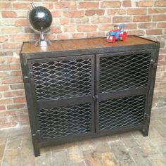 Ancien meuble bas d' atelier d' usine 2 portes grillagées en patine graphite avec une étagère intérieur et dessus bois vernis .  Prix : 640 € Commande par email : sobrocindus@gmail.com Ou par...