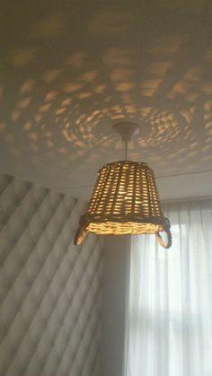 Een lamp van een rieten mand. Leuk om zelf te maken.