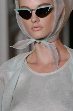 Cat's eye sunnies and headscarves on the runway at Rochas call to mind elegant glamour Estilo Pin Up, Estilo Retro, Vintage Fashion, Vintage Outfits, Four Eyes, Cat Eye Glasses, 50s Glasses, Ray Ban Sunglasses, Sunglasses Outlet