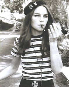 Anos 50 - Parte Jovens e Rebeldes (Teddy Boys, Rockers e Beatniks) - Fashion Goals - Blusa Feminina Estilo Beatnik, Beatnik Style, Beatnik Fashion, Michelle Phillips, Teddy Boys, Teddy Girl, Glam Rock, Rockers, Style Parisienne