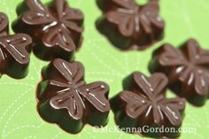 Guilt free, simple healthy mint chocolates & peanut butter cups recipe and printable for giving.  From mckennagordon.com @thedatingdivas.