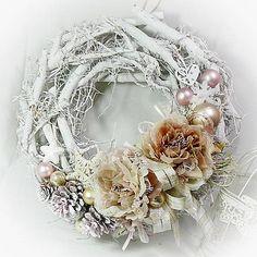 Vánoční věnec, bílý, kořenový, zdobený látkovými kvítky , kvítky jsou kvalitní, kombinace krajky a látky, bohaté. Dále pak zdobený kouličkami, stužkou....atd. Průměr věnce je 34-35cm, očk...