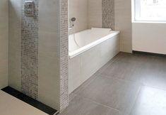 salle de bain en carrelage beige et mozaïque assortie; carrelage anthracite 60x60 au sol