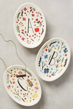 Anthropologie EU Monogrammed Meadow Trinket Dish by Amelia Hebertson. Anthropologie EU Monogrammed Meadow Trinket Dish by Amelia Hebertson. Diy Projects Design, Clay Projects, Clay Crafts, Ceramics Projects, Diy Clay, Pottery Painting Designs, Pottery Designs, Pottery Ideas, Pottery Painting Ideas Easy
