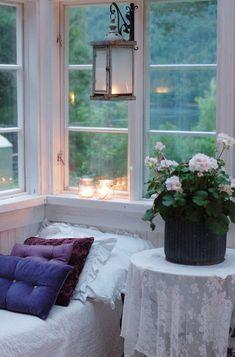 shabby chic veranda for a fairy reading nook Cozy Nook, Cozy Corner, Home Interior, Interior And Exterior, Interior Decorating, Kitchen Interior, Kitchen Design, Decorating Ideas, Cosy Living