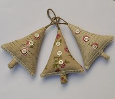 Читайте також Торбинки для подарунків власноруч! Схеми вишивки та майстер-клас Текстильні сердечка-обереги 35 фото Як зробити об'ємну зірку з паперу Вишита ялинкова кулька. Майстер-класс Сніговички … Read More