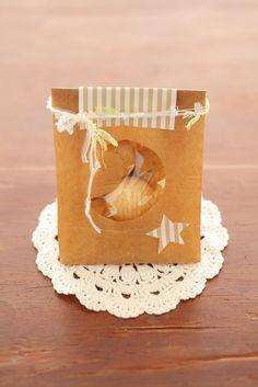 紙袋に三日月形の窓をつけて、手軽にキュートなラッピングのできあがり。  Gift bag with a window!