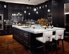 Czarne nowoczesne meble kuchenne, biały blat i wyspa
