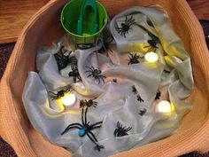 """Motoriek: Strengthening muscles by catching spiders with tweezers - from Pre-school play ("""",) School Play, Pre School, Halloween Projects, Halloween Kids, Funky Fingers, Tuff Tray, Small World Play, Jüngstes Kind, Autumn Theme"""
