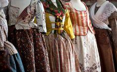 Palempore des Indes, Kalamkari de Perse, toiles de coton peintes et imprimées de Nîmes, de Marseille ou de Jouy sont toutes connues au XVIIIe siècle, sous le nom d'« Indiennes », en référence à leur origine lointaine. Découvrez 200 pièces textiles dont une vingtaine de mannequins costumés…