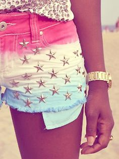 Break out the dye, scissors, and metal studs. Your old jeans won& look the same after these amazing DIY denim projects Diy Shorts, Cute Shorts, Aeropostale, Vs Pink, Summer Outfits, Cute Outfits, Studded Shorts, Do It Yourself Fashion, Donia