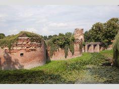Een indrukwekkende ruïne van een van de oudste kastelen van Gelderland. De ruïne is te bekijken met een gids. In de omgeving kan worden gewandeld. Bij