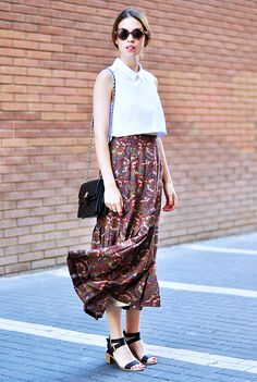 Saray Martin of Dans Vogue wears a long vintage skirt and black chunky sandals for a chic street style look. // #streetstyle #outfitideas
