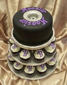 Love this idea for a wedding...put new husband and wife's initials on cupcakes and wedding cake at top
