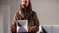 """In 1974 is beeldhouwer Jan Dries gefascineerd door de kwaliteiten van het witte Carraramarmer. Het programma 'Kortweg' zoekt de kunstenaar op in de galerie Maes in Astene waar hij zijn """"meditatieve stenen"""" tentoonstelt. beelden uit 'Kortweg' van 30 oktober 1974"""