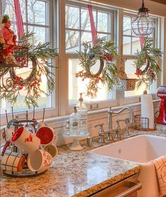 Here are the best Rustic Christmas Decor Ideas. These Farmhouse Christmas decor brings in the traditional vibes in your Christmas Tree to your home decor. Decoration Christmas, Farmhouse Christmas Decor, Rustic Christmas, Xmas Decorations, Christmas Home, White Christmas, Farmhouse Decor, Holiday Decor, Farmhouse Kitchens